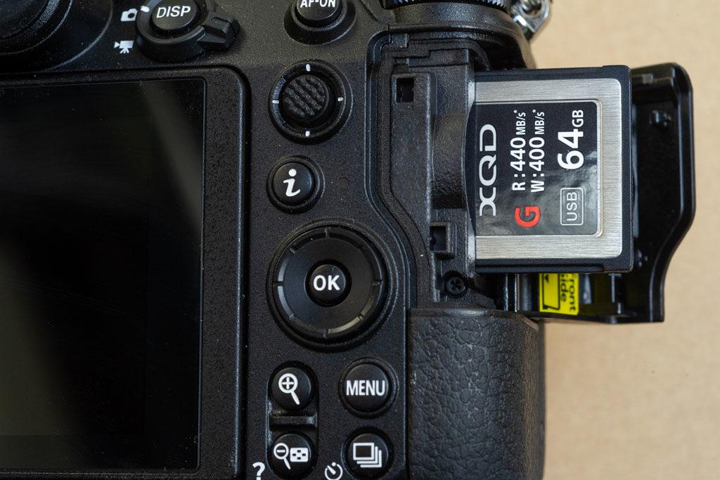 Z6 XQD Kartenfach - Nikon Z6 vs. D850